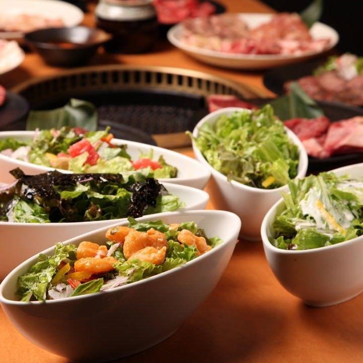 焼肉食べ放題 カルビ市場 小倉店の食べ放題は、お肉だけでなくサラダも豊富です!